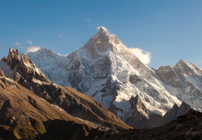 Masherbrum-Spitze von Zeltplatz Goro II während der Wanderung des niedrigen Lagers K2 lizenzfreies stockbild