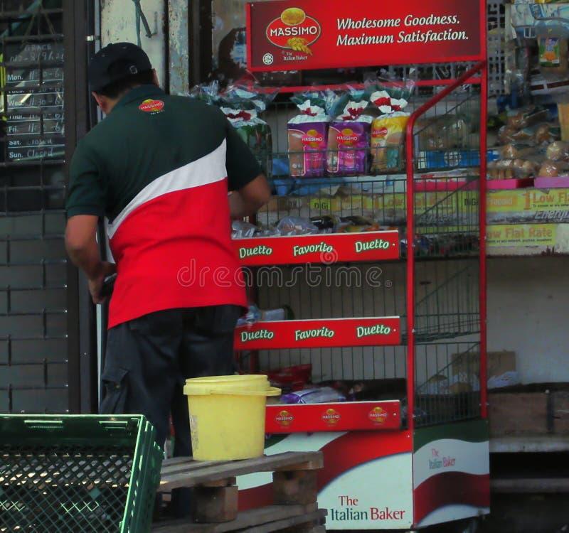 Masimo Delivery Man som gör en lagerkontroll arkivbild