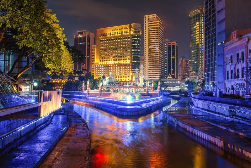 Masjid Jamek e la piscina blu nel centro della città di Kuala Lumpur, di notte in Malesia fotografie stock