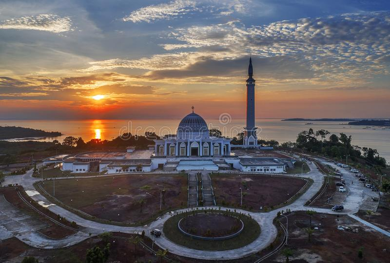 Masjid Raya Kepulauan Riau på solnedgången, Bintan indonesia arkivfoton