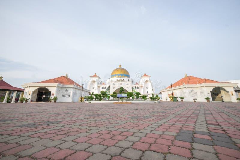 Masjid Selat Melaka o mezquita de los estrechos de Malaca durante una salida del sol hermosa imagen de archivo