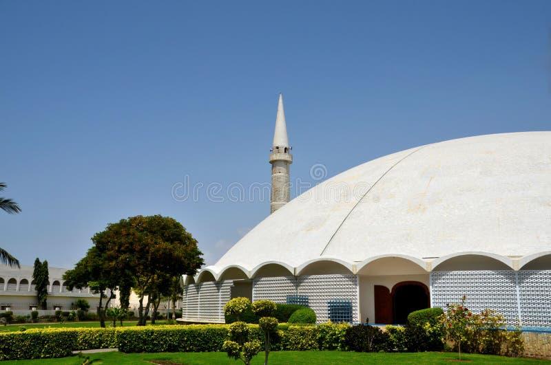 Masjid Tooba или круглая мечеть с мраморными минаретом купола и обороной Карачи Пакистаном садов стоковое изображение rf