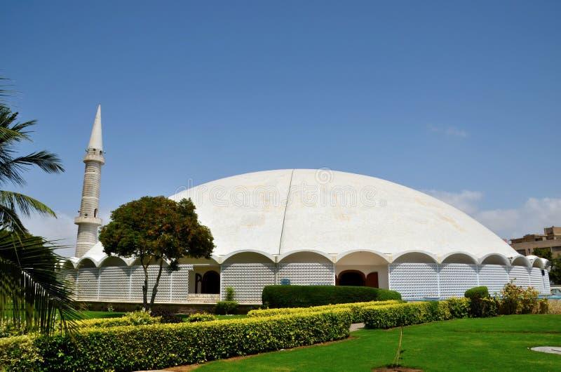 Masjid Tooba o mezquita redonda con el alminar y la defensa de mármol Karachi Paquistán de la bóveda de los jardines imagenes de archivo