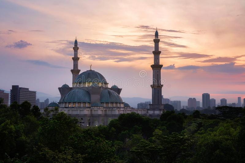 Masjid Wilayah Persekutuan во время восхода солнца, мечети a общественной в Ku стоковое фото