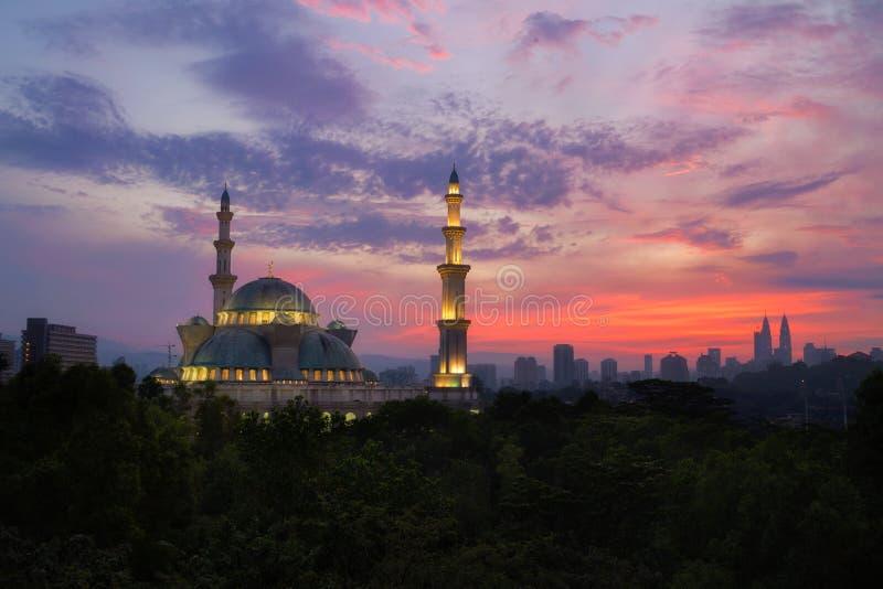 Masjid Wilayah Persekutuan на восходе солнца, мечети a общественной в Куалае-Лумпур, Малайзии стоковая фотография