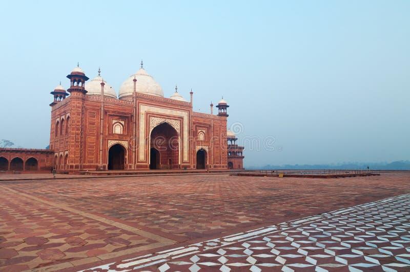 Masjidmoskee dichtbij Taj Mahal in de mist vroege ochtend stock foto's