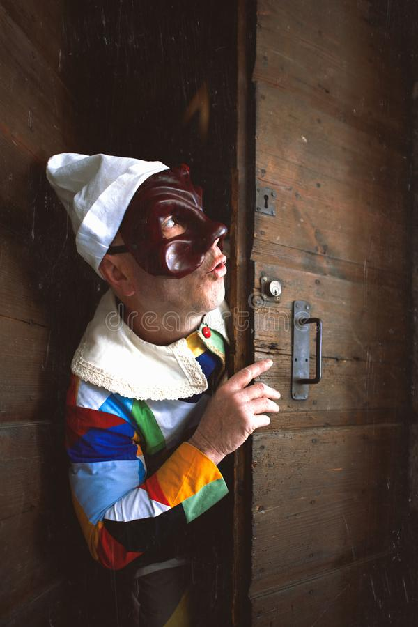 Maska Arlecchino Patrzeje out drzwi obrazy stock