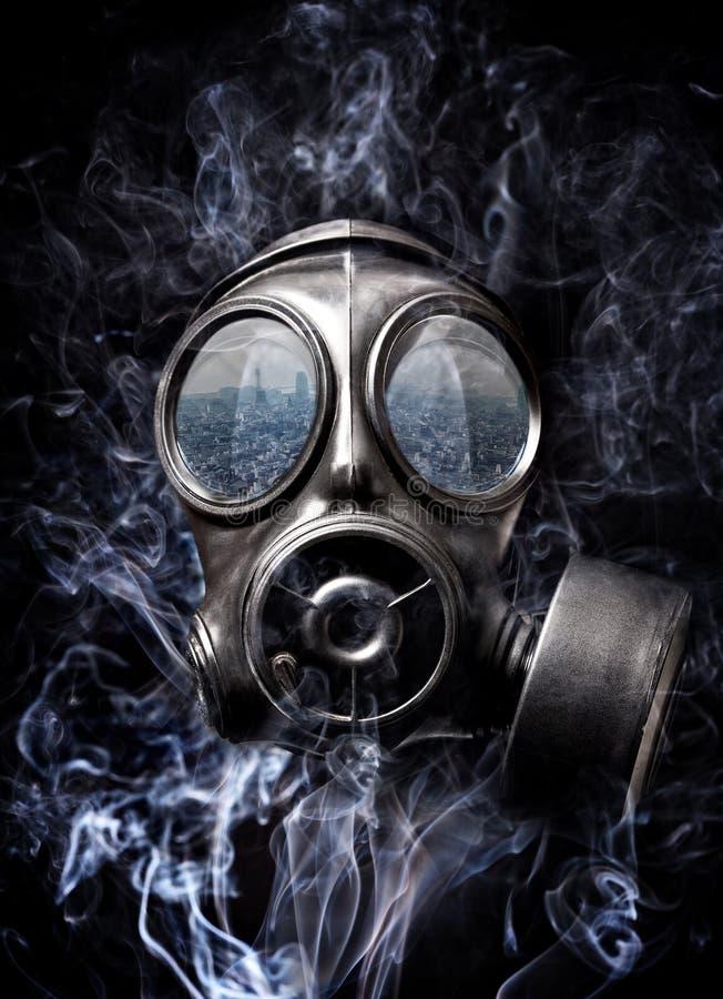 Maska gazowa i dym zdjęcia royalty free