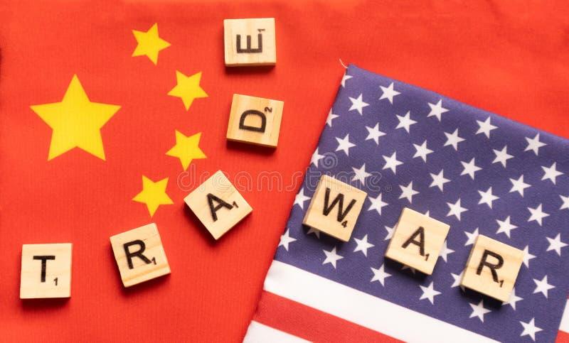 Maska, India 29, Maj 2019: usa wojny handlowej poj?cie flaga Chiny i Stany Zjednoczone z drewnianymi blokowymi listami - zdjęcie stock