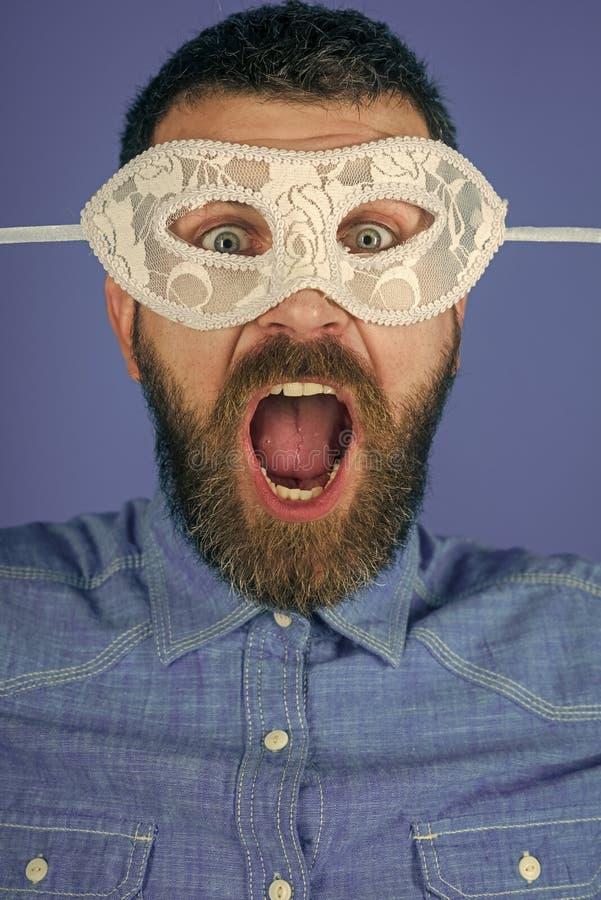 Maska na mężczyzna z brodą na błękitnym tle zdjęcie stock