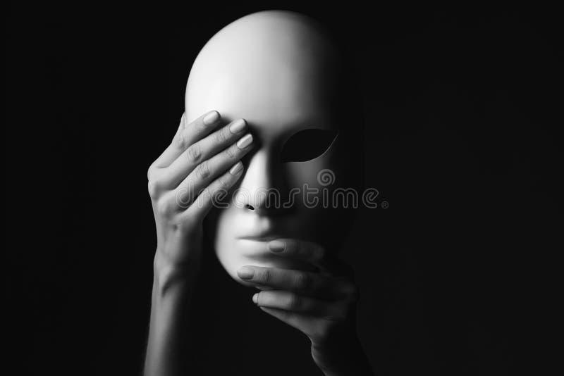 maska pojęcie kalendarzowej daty Halloween gospodarstwa ponury miniatury szczęśliwa reaper, stanowisko kosy Monochromatyczna foto obraz royalty free