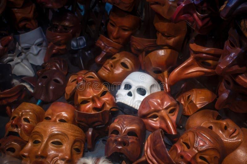 Maska w postaci czaszki wśród wiele prostych masek fotografia stock