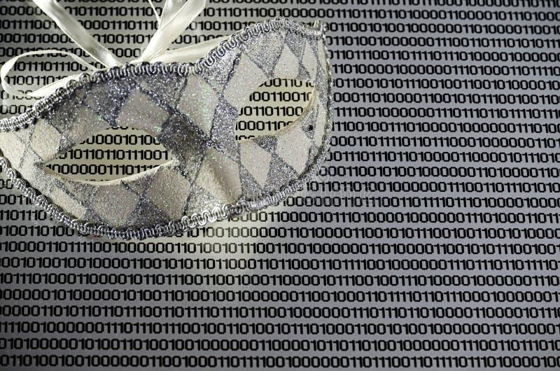 Maske auf einem Weißbuchhintergrund mit binär Code, Abstraktion, Anonymität im Internet lizenzfreies stockfoto