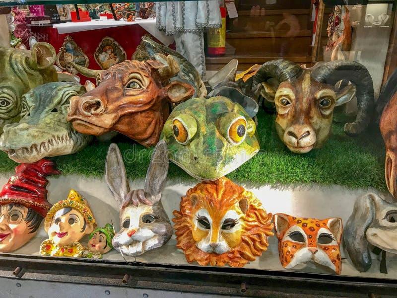 Masken in einem Shopfenster in Venedig, Italien stockfotos