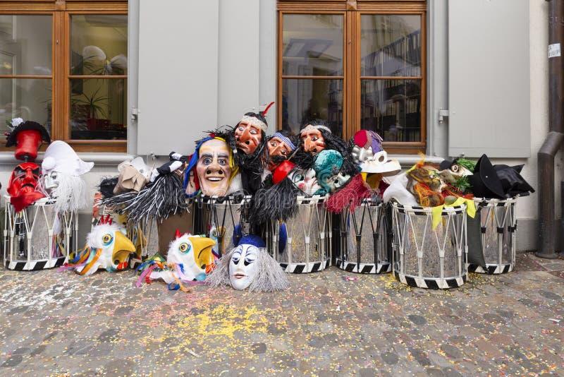 Masken und Schnarrtrommeln Basel-Karnevals 2019 stockbilder
