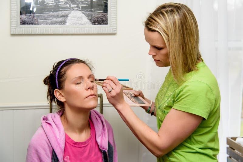 Maskenbildner, der Augenmake-up anwendet stockfotografie
