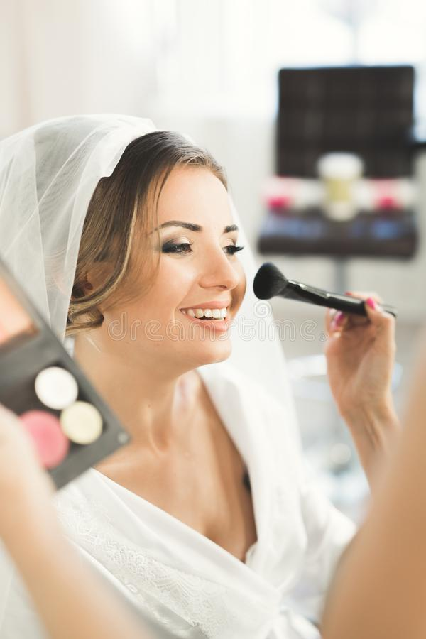 Maskenbildner, der Braut zur Hochzeit vorbereitet stockbilder