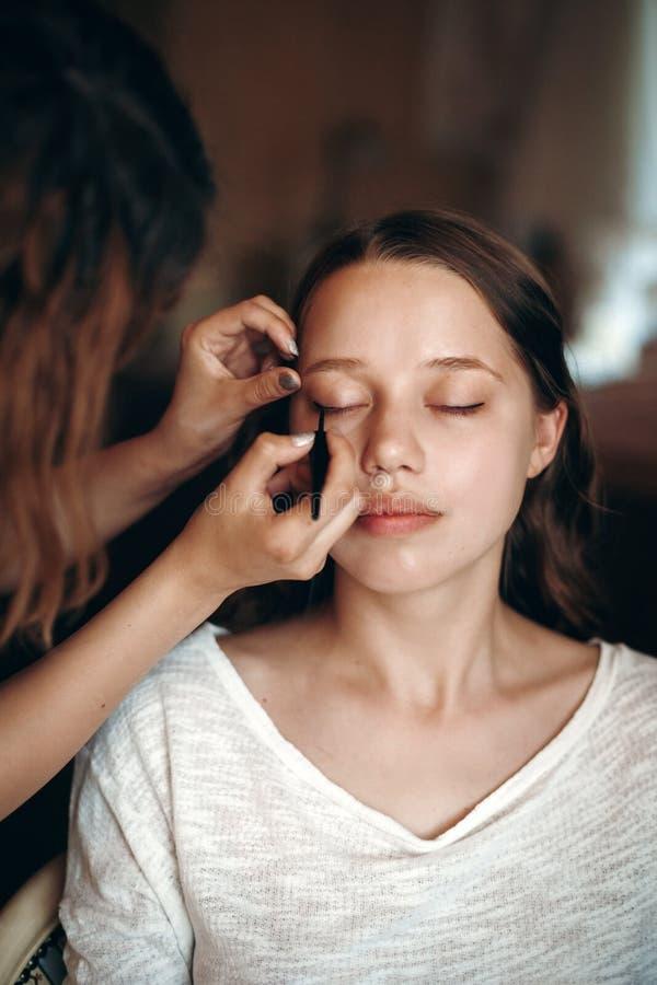 Maskenbildner, der Make-up anwendet lizenzfreie stockbilder