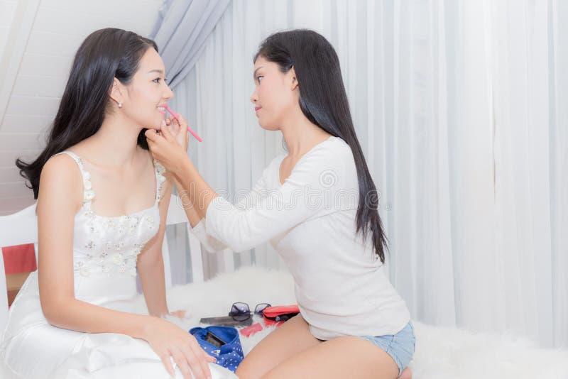 Maskenbildnerbürsten, zum des Modells für Heiratskonzept gegenüberzustellen lizenzfreie stockfotografie