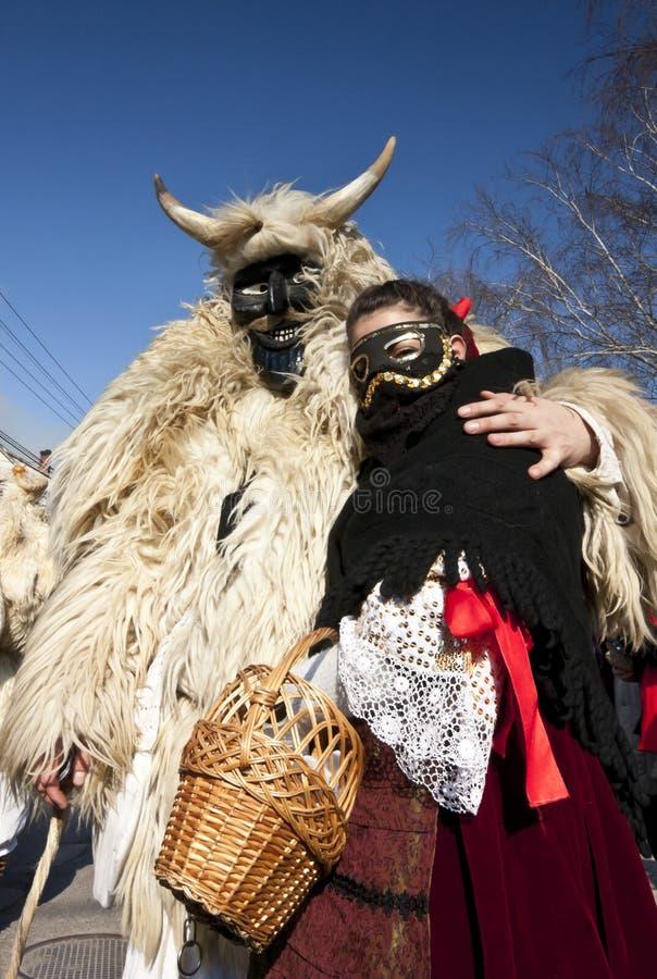 Masker de carnaval en fourrure avec une fille de 'Sokac' chez le 'Busojaras', le carnaval de l'enterrement de l'hiver photos libres de droits