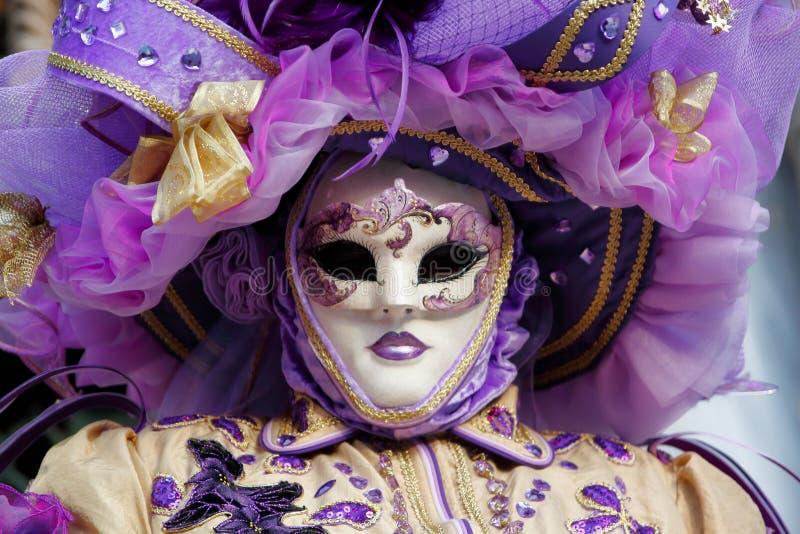 Masker en het kostuum van Carnaval het purper-beige-gouden bij het traditionele festival in Venetië, Italië royalty-vrije stock foto