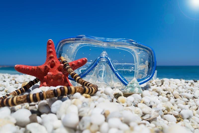 Download Masker onder de zon stock afbeelding. Afbeelding bestaande uit kiezelstenen - 54084603