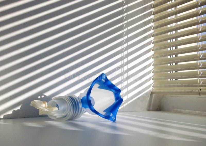 Masker voor inhalatie in het venster van de het ziekenhuisruimte royalty-vrije stock foto