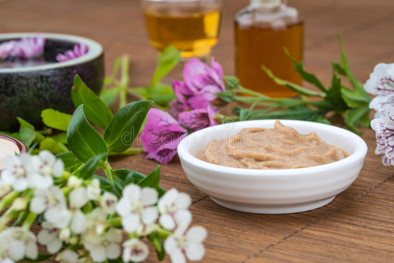 Masker witte kom, etherische olie, bloemachtergrond voor gezondheid SP royalty-vrije stock foto