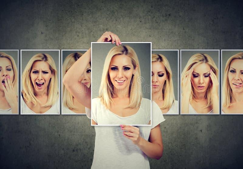 Maskerad blond ung kvinna som uttrycker olika sinnesrörelser arkivbilder