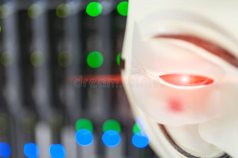 Maskerad en hacker i begrepp för datorserverrum arkivfoto