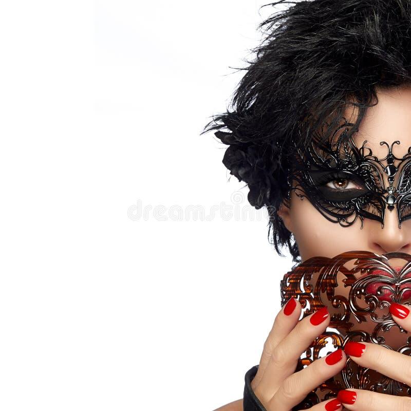 maskerad Mystisk kvinnas halva framsida med den svarta maskeringen royaltyfri foto