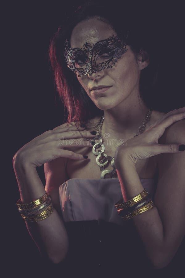Maskeradbudoar, sinnlig maskerad kvinna, venetian maskering, brunett royaltyfri bild