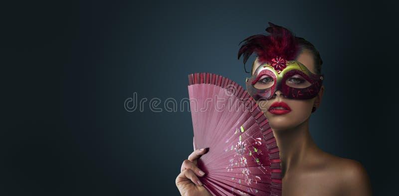Maskerade-Karnevalsmaske der Frau tragende venetianische stockbilder