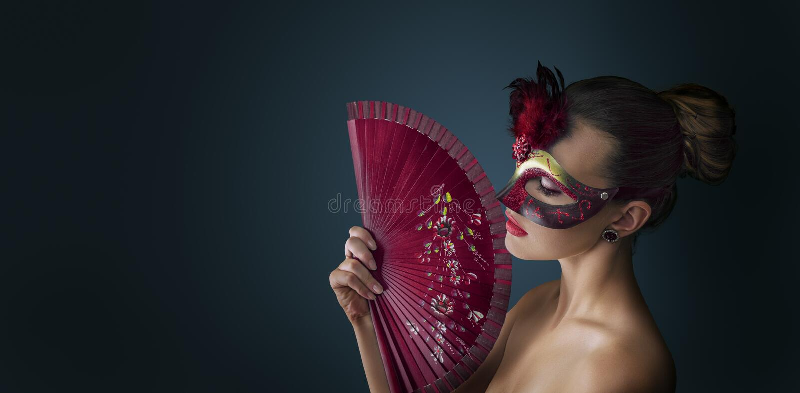Maskerade-Karnevalsmaske der Frau tragende venetianische stockfotos