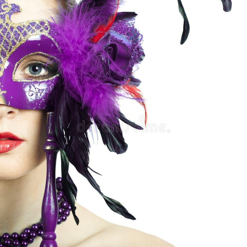 Maskerade-Karnevalsmaske der vorbildlichen Frau der Schönheit tragende venetianische lizenzfreies stockbild
