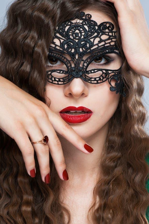 Maskerade-Karnevalsmaske der vorbildlichen Frau der Schönheit tragende venetianische an der Partei in Feiertag lizenzfreies stockfoto