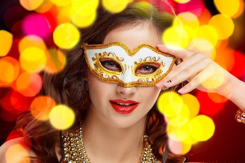 Maskerade-Karnevalsmaske der vorbildlichen Frau der Schönheit tragende venetianische an der Partei lizenzfreie stockfotografie