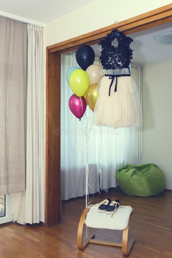 Maskeradkläderna för partiet och ballonger är klara arkivfoto