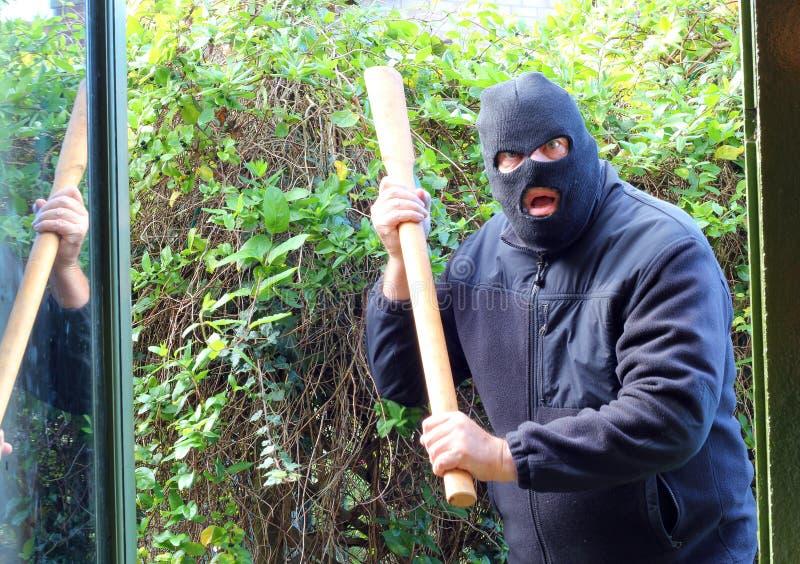 Maskerat anfalla för inbrottstjuv eller för rånare. arkivbilder
