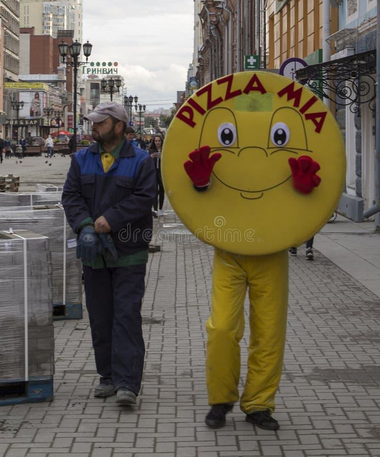 Maskeren i den fot- gatan, yekaterinburg, ryssfederation royaltyfria bilder