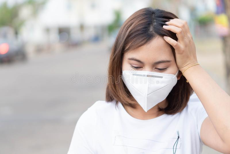 Maskering för framsida för Closeupkvinna bärande för att skydda luftförorening, hälsovård och medicinskt begrepp royaltyfria foton