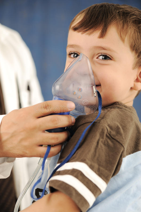 maskering för inhaler för andningbarndoktor royaltyfria bilder