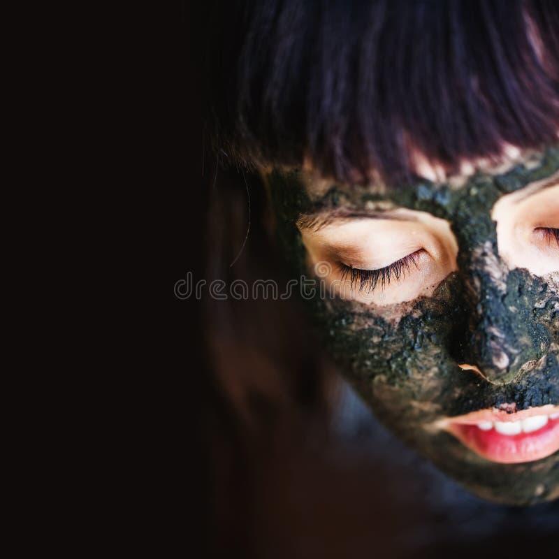 Maskering för lera för kvinnamakngsvart arkivfoton