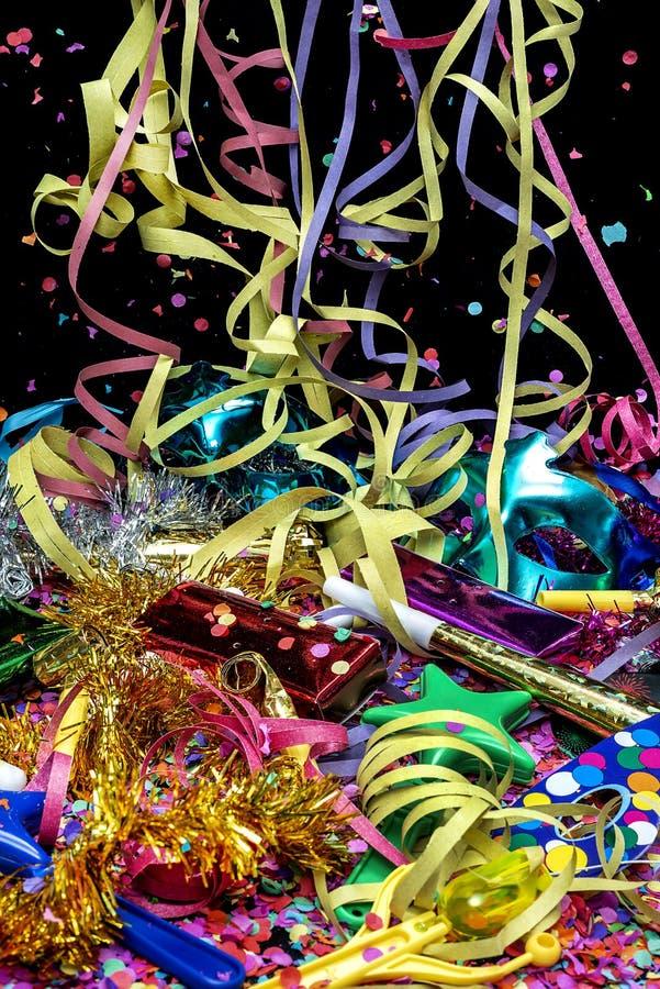 Maskeringar och karnevalobjekt med konfettier och banderoller royaltyfri foto