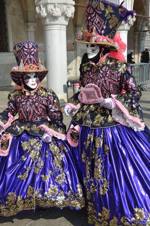 Maskeringar på karnevalet av Venedig royaltyfria bilder