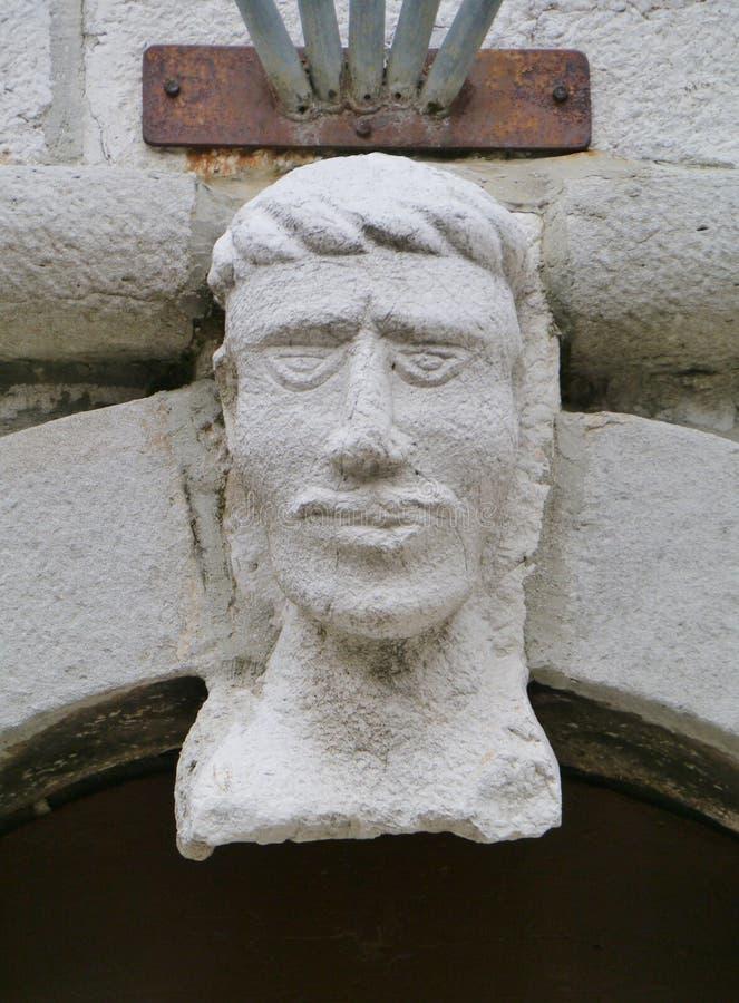 Maskeringen av en man på kyrkan av Cres royaltyfria bilder