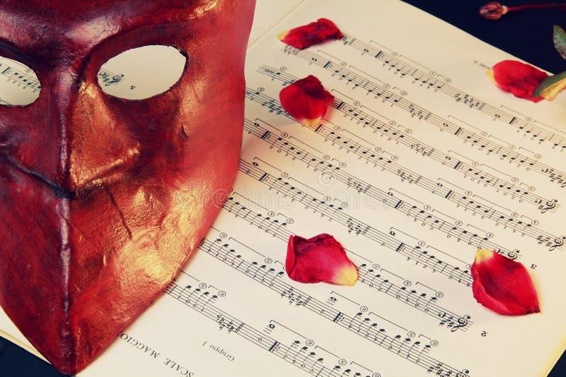 maskeringsmusik över den venetian ställningen arkivfoton