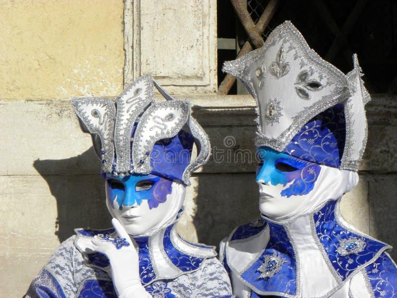 Maskers in mooi kostuum in Carnaval in Venetië stock foto's