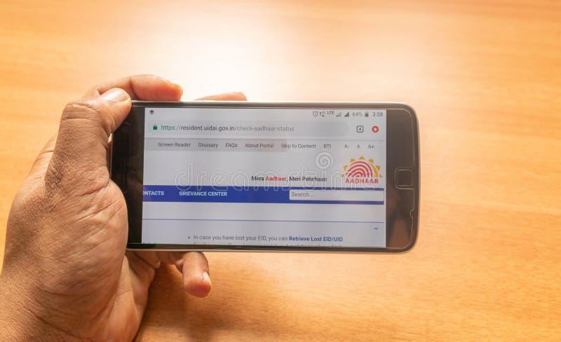 Maski,印度27,2019年5月:申请Aadhar卡片的概念网上使用手机 库存照片