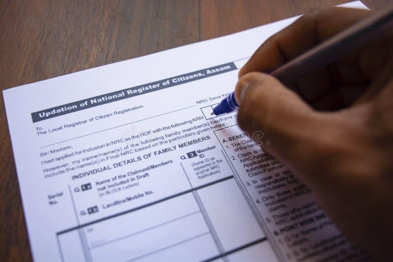 Maski, Индия 20, май 2019: Концепция заполнять NRC или система учета населения граждан формируют с ручкой на таблице стоковые фотографии rf